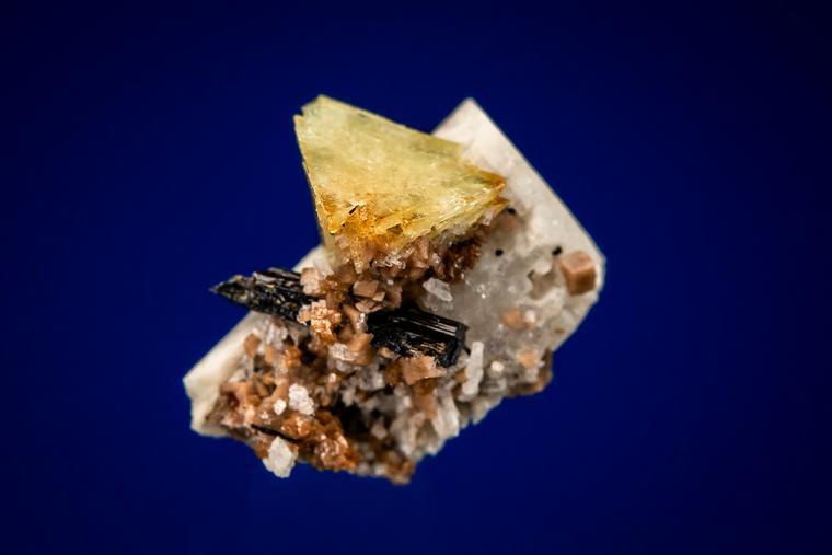 GENTHELVITE, AEGIRINE and RHODOCHROSITE on MICROCLINE